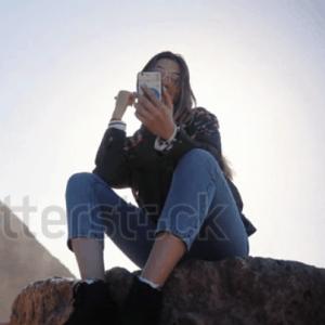 Co Gai Selfie Bang Dien Thoai