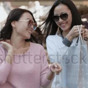Hai Co Gai Di Dao Tren Pho Sau Khi Mua Sam